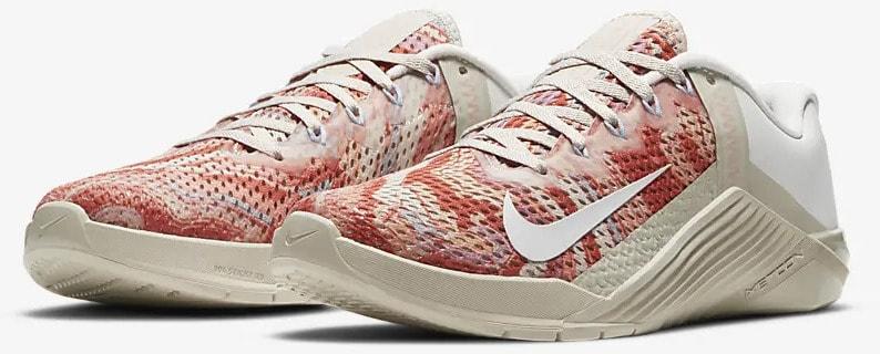 Nike Metcon 6 Desert Sand Crimson Bliss Light Armory Blue Summit White quarter view pair
